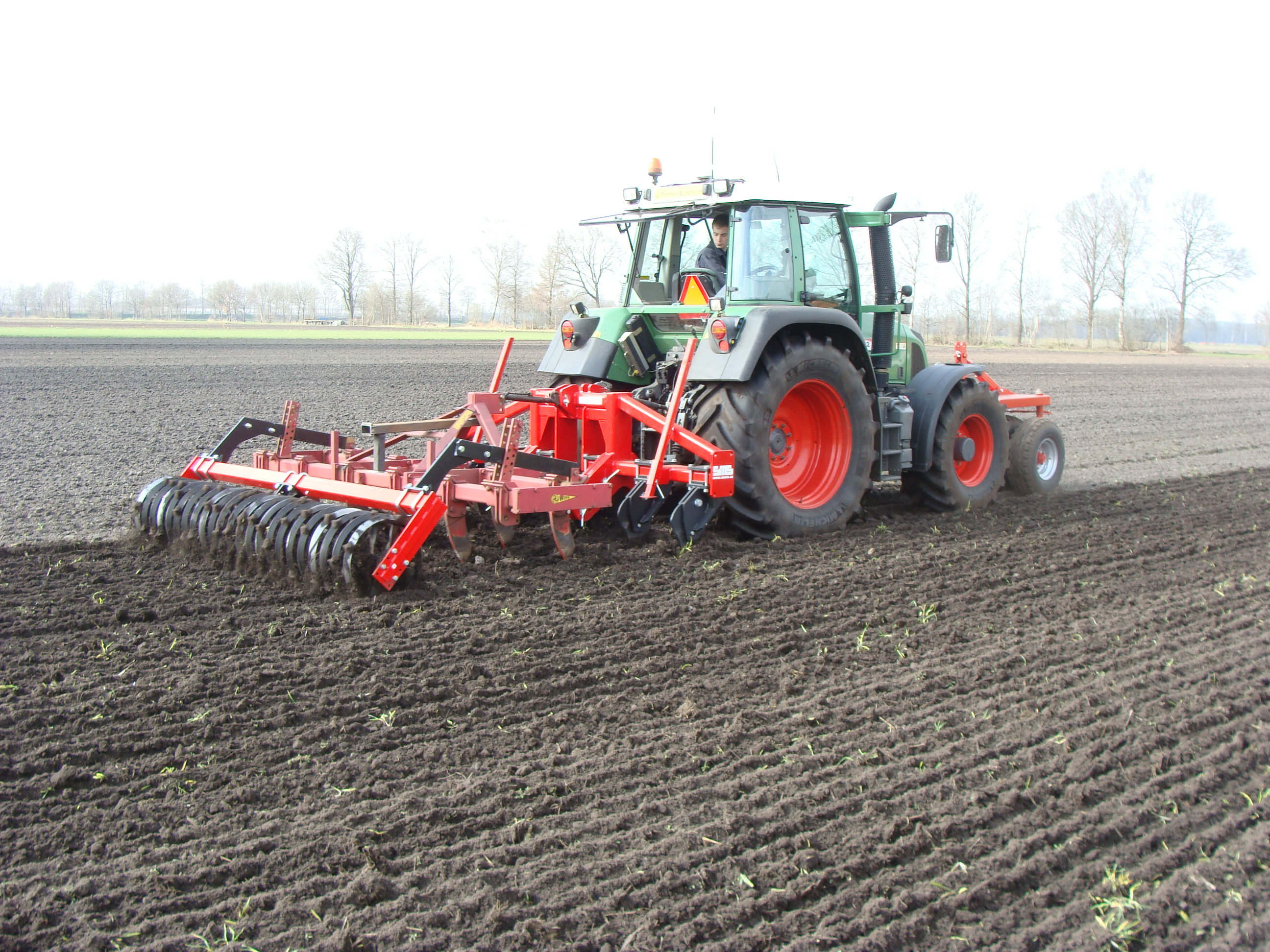 In the picture you see the machine that is used for non-inversion tillage